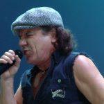 Brian Johnson na scenie z Robertem Plantem i Paulem Rodgersem