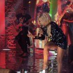 Slash w koszulce Virgin na koncercie Guns N' Roses