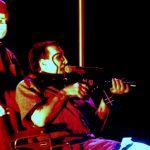 """Marilyn Manson celuje w publiczność sztuczną bronią. """"Rodzaj przedstawienia"""""""