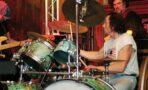Były perkusista Dżemu mieszka na tratwie. Powstaje o nim film